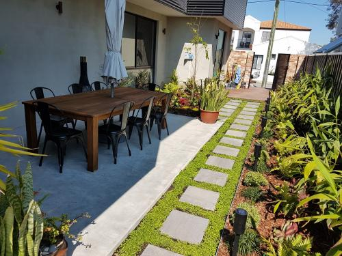 Small space alfresco dining with landscaping